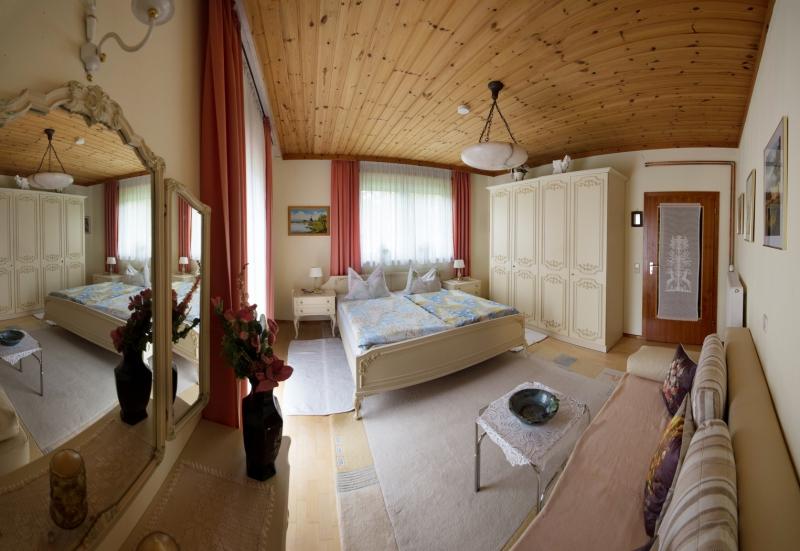 Schlafzimmer mit zusätzlicher Schlafcouch